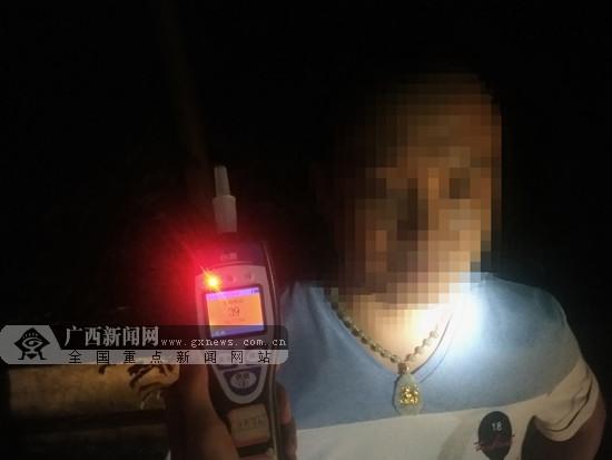 小车违停高速路上 司机被测出酒驾记19分罚1250元