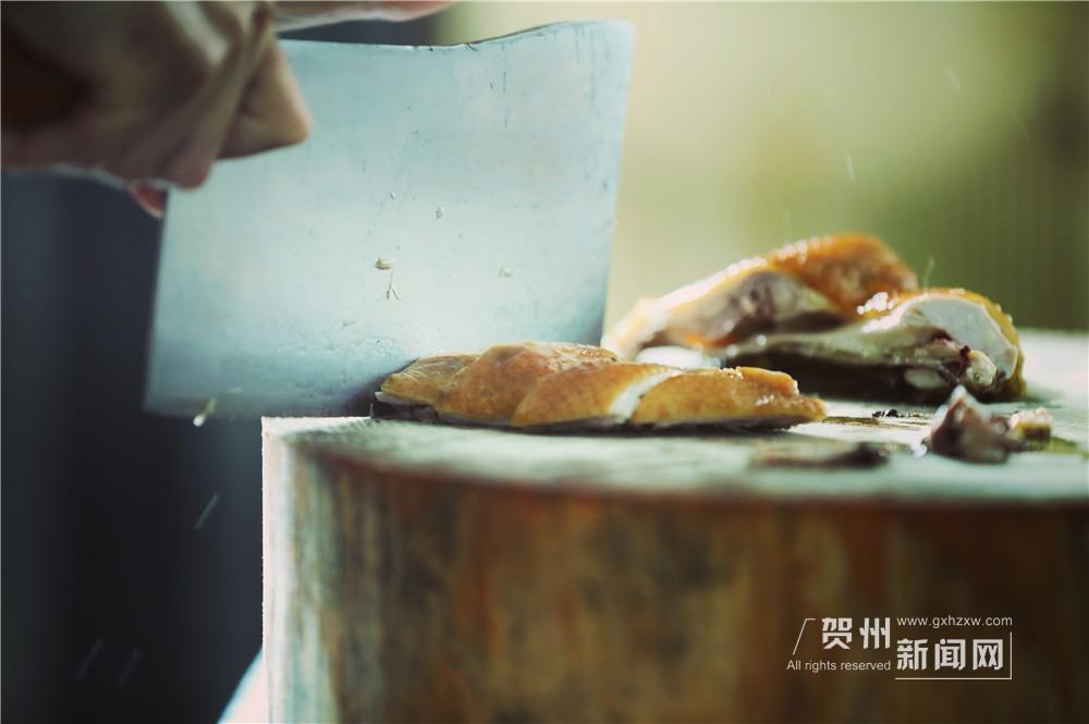 第一个出场的菜是半只烧鸡。刀起刀落,鸡被切成均匀的肉块,将其按照原形整齐的摆放在芭蕉叶上,随后紧接着的是南乡鸭。它们安安静静的躺在簸箕里,等待其它伙伴的加入。
