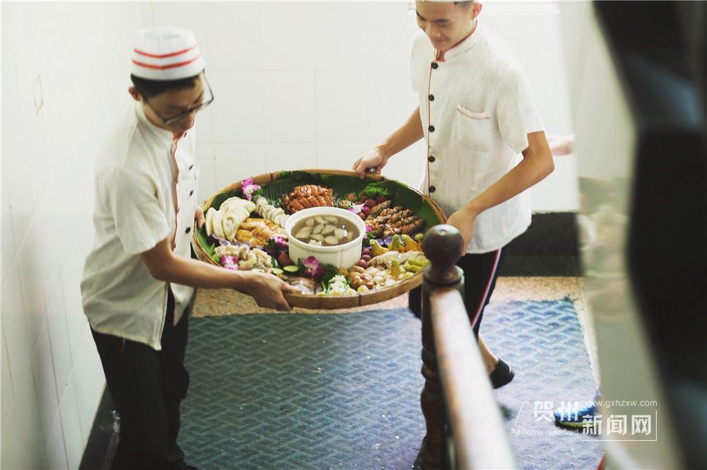 簸箕宴是贺州传统的客家和瑶族的盛宴。在农村,簸箕几乎家家都有,晒东西、揉面、做糍粑……几乎事事离不开它。用簸箕传送美食,方便,齐全,也成为了贺州人饮食习俗之一。
