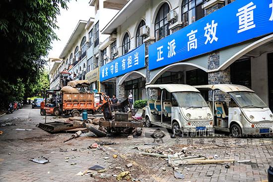 """南宁街头惊现""""僵尸飞机""""后续:已被连夜拆除(图)"""