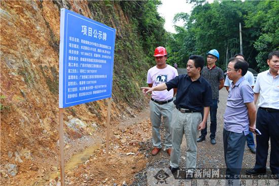 防城区:努力修建乡亲们的致富之路
