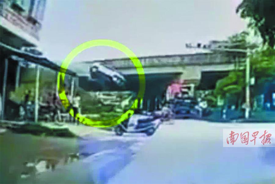 小车突撞破防护栏 从六七米高的高速路上腾空而下