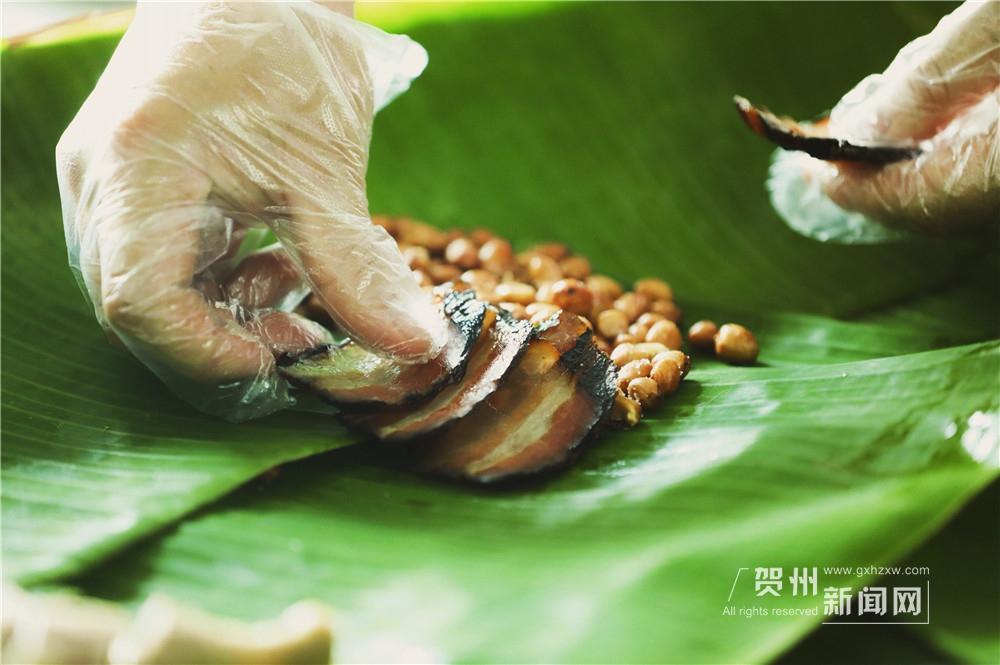 """叶子的选用也很有讲究,一般会选择芭蕉叶或荷叶。只要将其洗净后,用盐水浸泡即可使用,十分方便,也减少了清洗的餐具烦恼,有点""""取之于自然,还之于自然""""的意思。除了绿色、美观、防渗漏外,芭蕉叶还是一味药材,防虫又健康。"""