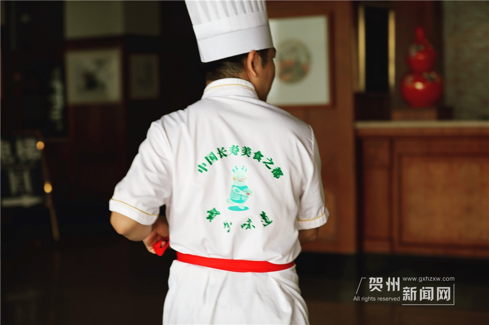 """如百花齐放般灿烂的簸箕宴是如何制作的呢?让我们跟着担任广西贺州市烹饪名厨协会秘书长等多个职务的""""中国烹饪大师""""宋雨一起探个究竟。"""