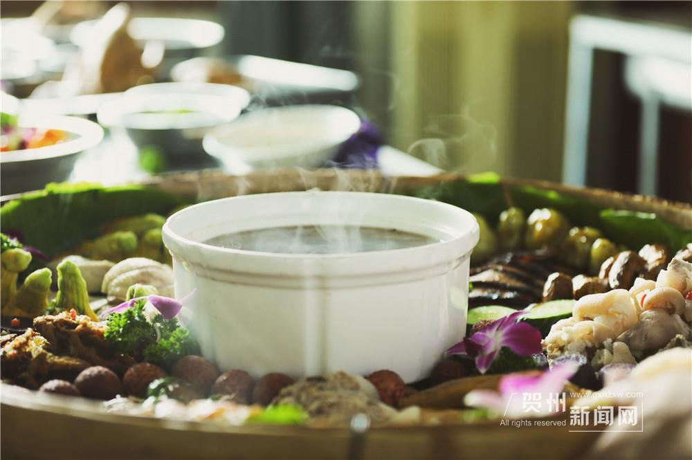 不到一个小时,簸箕已被美食填得满满。热气腾腾的雪梨猪肺汤,加上南乡鸭、信都鸡、5种菜酿、招牌扣肉、醋泡猪脚、香煎禾花鱼、熏肉、糍粑、小芋头、豆角、紫薯、黄瓜、荔枝,18道菜荤素搭配,营养均衡。隔着屏幕都令人食指大动。