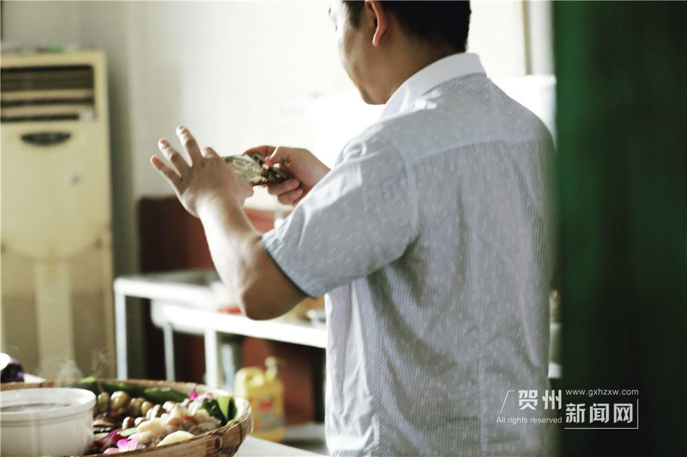 褪下工服的宋雨在给自己的作品拍照,他的手机里已经记录了数百种各式各样的菜品。