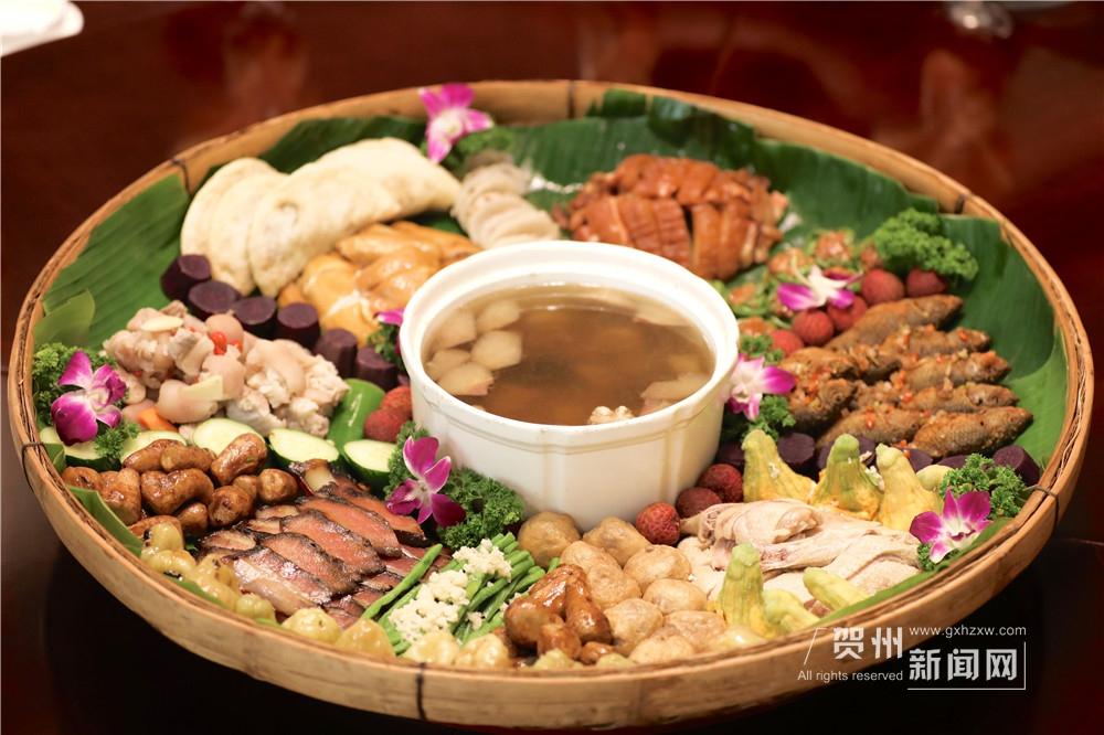 """簸箕刚搬上桌,宋雨便热情地招呼客人们品尝各种菜式:""""你们一定要尝尝这个猪脚。外面很多人为了方便,直接用双氧水漂白。但我们坚持只用醋泡,保持它本身的颜色,健康安全最重要!""""灯光下,食物们泛着自然好看的色泽。"""
