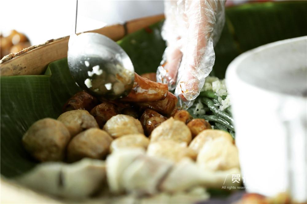 刚出炉的菜品很烫,但为了摆放的整齐和美观,宋雨都会忍着烫皮肤的疼痛用手固定每道菜的位置。