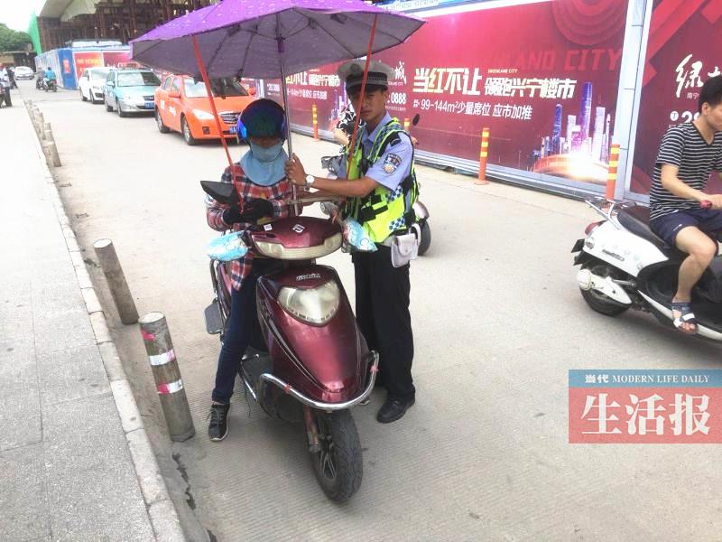 南宁交警严查电驴加装遮阳伞行为 将做出相应处罚