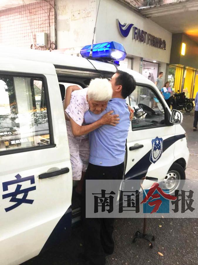 八旬老人独坐医院难以回家 民警抱老太下车送回家