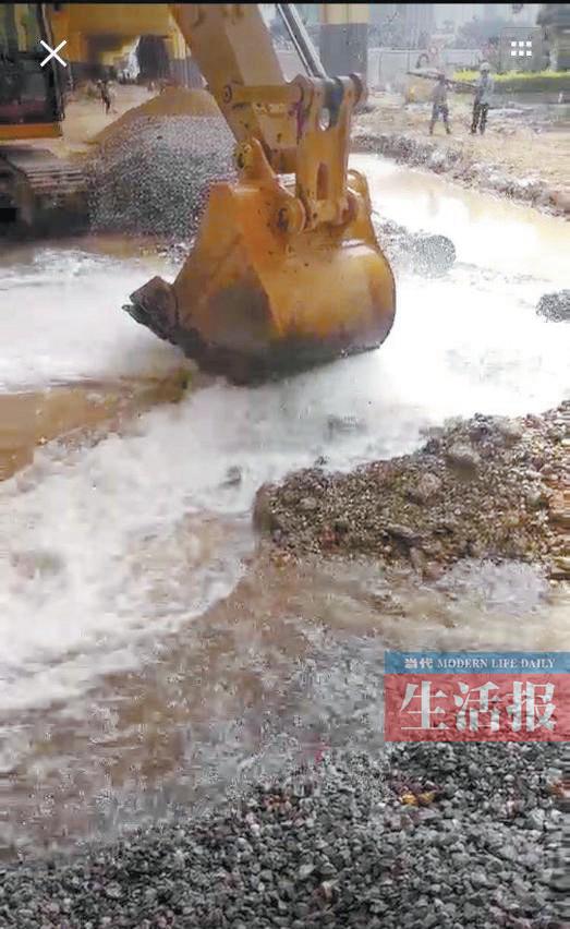 南宁中华路供水管再次被施工挖破 自来水喷涌而出
