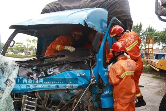 百色田阳:两货车相撞致1人被困 消防成功救援