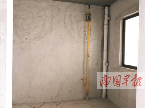 從廚房地面貫穿到樓頂的燃氣管道立管.記者 鄒財麟攝
