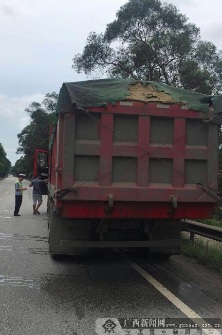 钦州交警开展货车抛洒遗漏专项整治