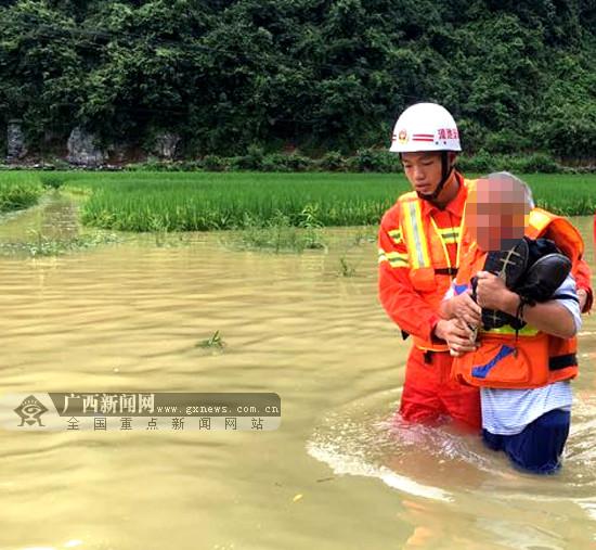 环江一皮卡车被困积水路段 5名被困人员获救(图)