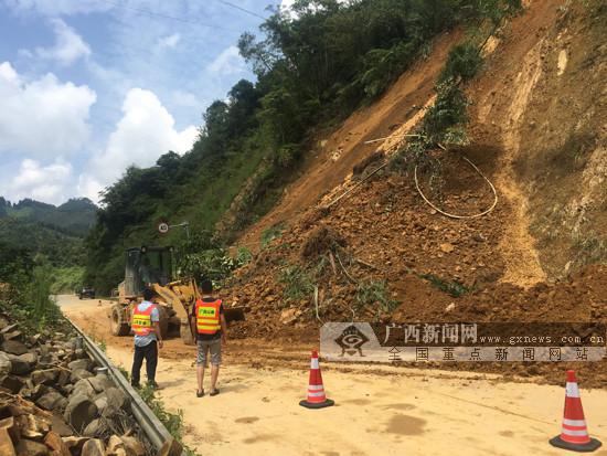 凤山境内一路段发生塌方 公路部门及时清理保畅通