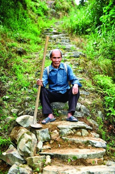 桂林龙胜:八旬老人坚守长征路