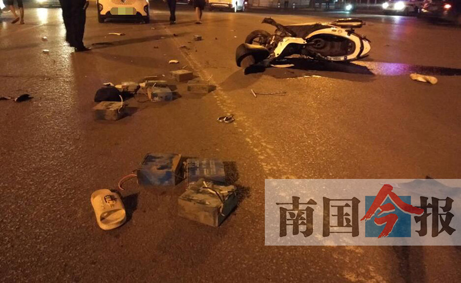 """两男子偷电瓶后飙车 与车相撞""""原地复活""""拔腿就跑"""