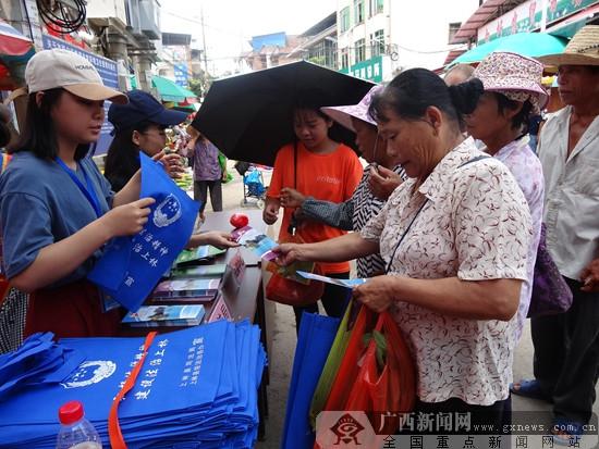 上林:街头宣传妇女儿童权益保护法律知识