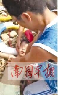 藤县:8岁男孩江中溺水 教师飞奔跳水救人(图)