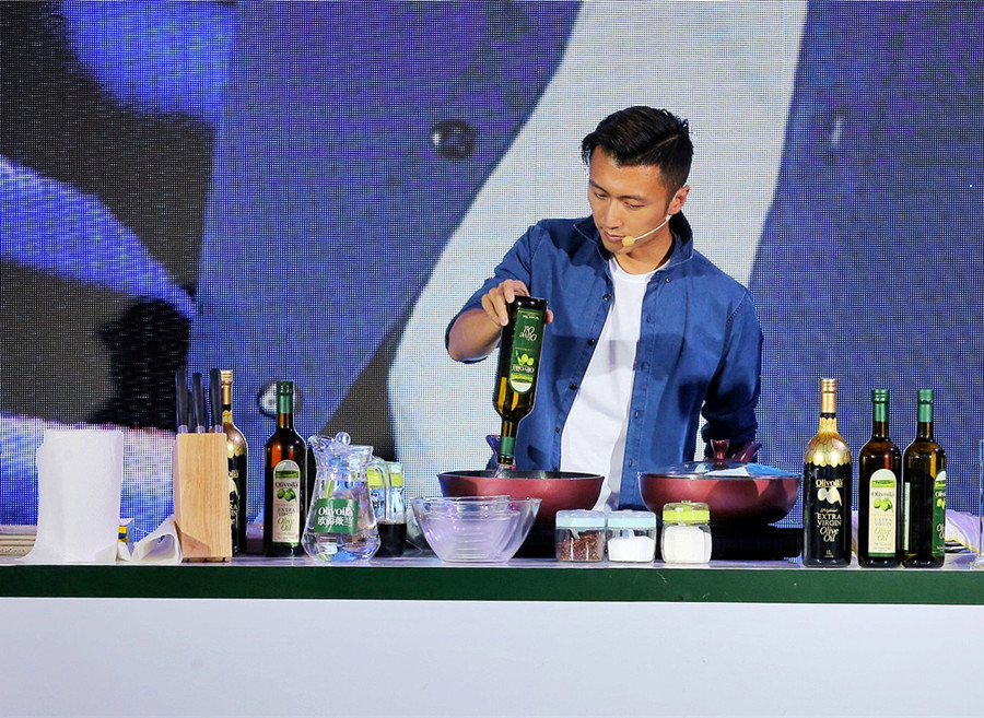 谢霆锋现场炒菜变家庭煮夫 酷感造型亮相《好声音》