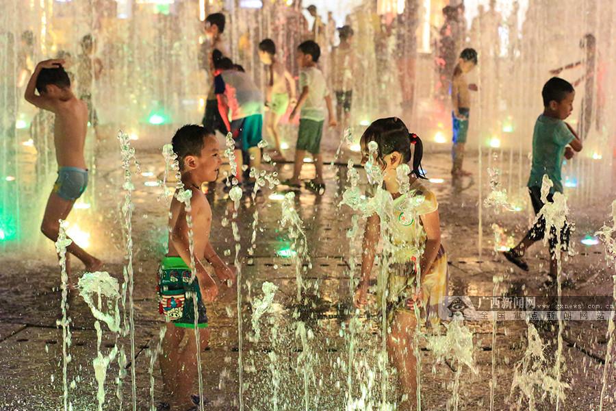 高清:戏水觅清凉 银河开户光影喷泉成市民纳凉好去处