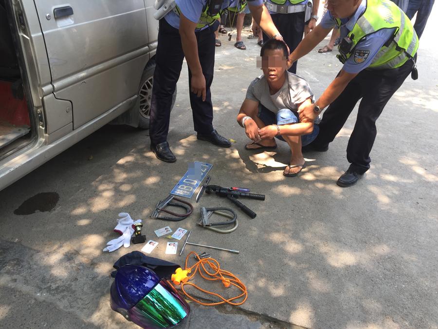 焦点图:柳州一男子驾无牌车冒死冲卡被拦