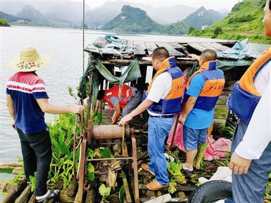 岩滩镇清理红水河水面垃圾近5吨