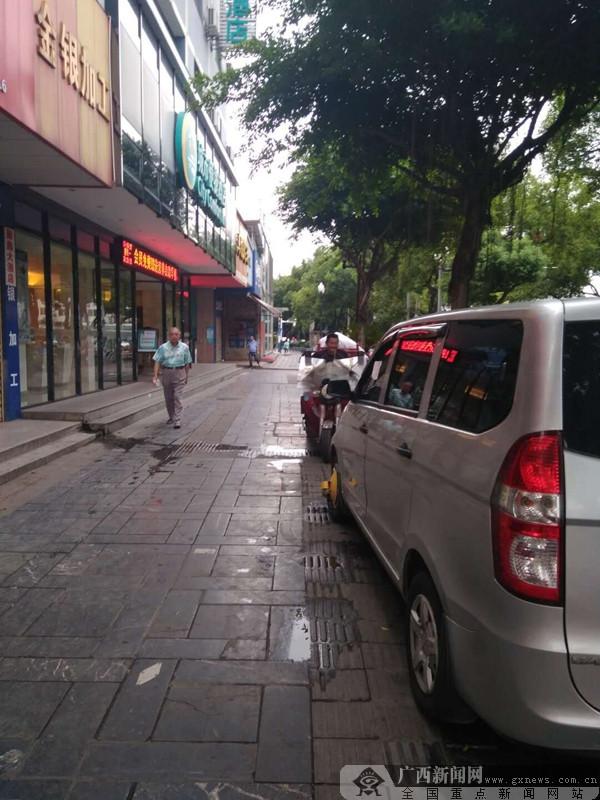 某酒店停车场爆棚 停车占人行道被罚学交规