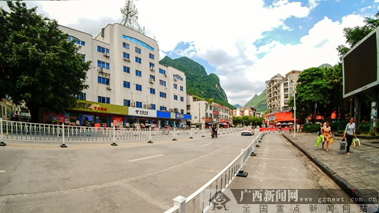 凌云:千米道路隔离栏成亮丽风景线