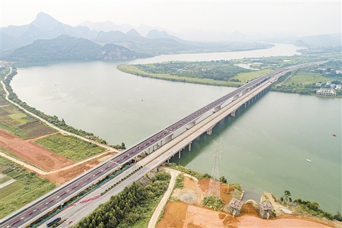 柳南高速新洛维大桥建成通车 雾灯可感应天气变化