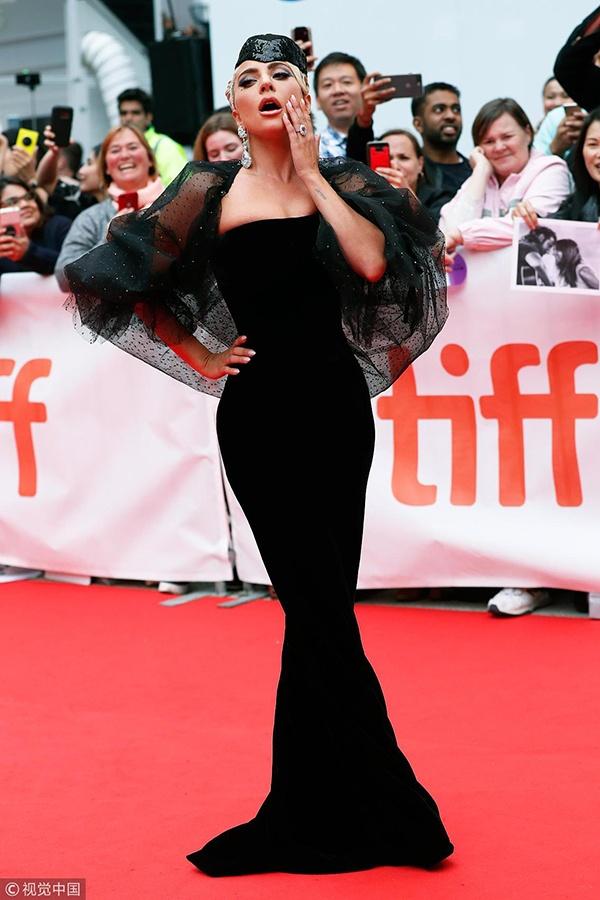 """Lady Gaga变身""""黑纱新娘""""秀身材曲线"""