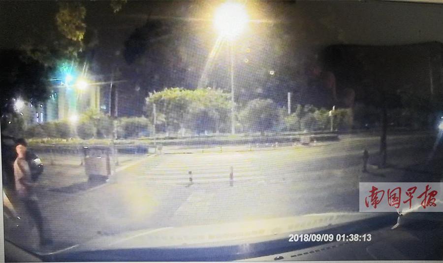 车主将车停在小区外凌晨遭撬盗 监控拍下作案者