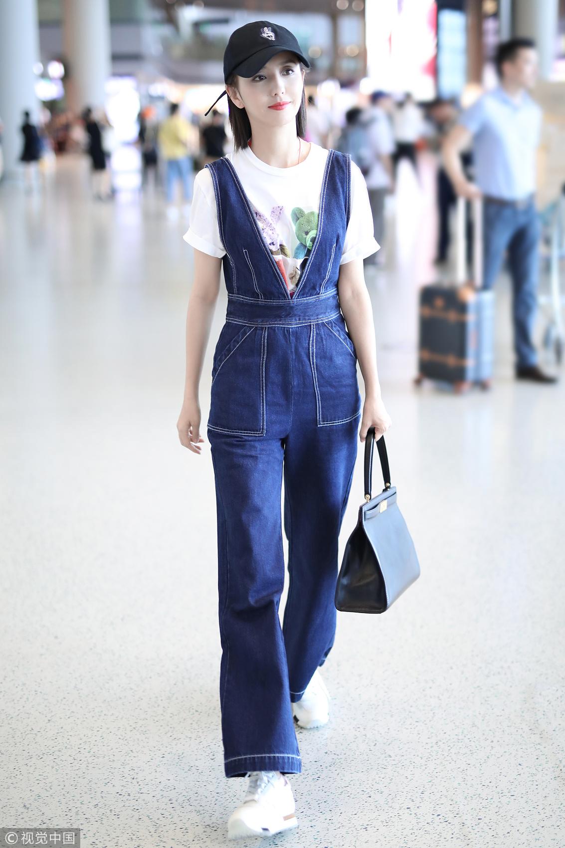佟丽娅恢复清新短发俏丽亮相机场