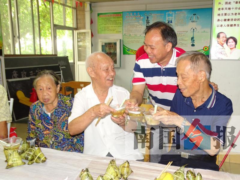 社区陪空巢孤寡老人提前过中秋 八旬老人被感动