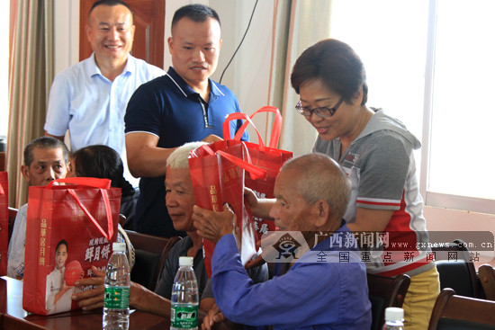广西体彩携手企业对扶贫点开展中秋节前慰问活动
