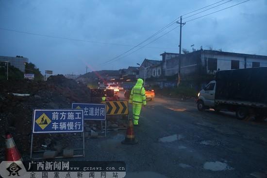 """台风""""山竹""""来袭 陆川交警坚守一线守护平安"""