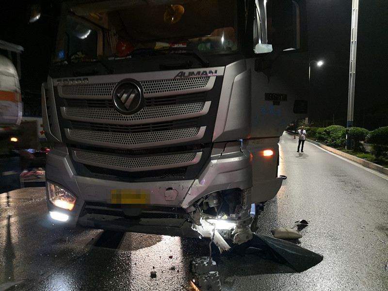 """小轿车遭大货车追尾 三厢车被撞成""""两厢""""车(图)"""