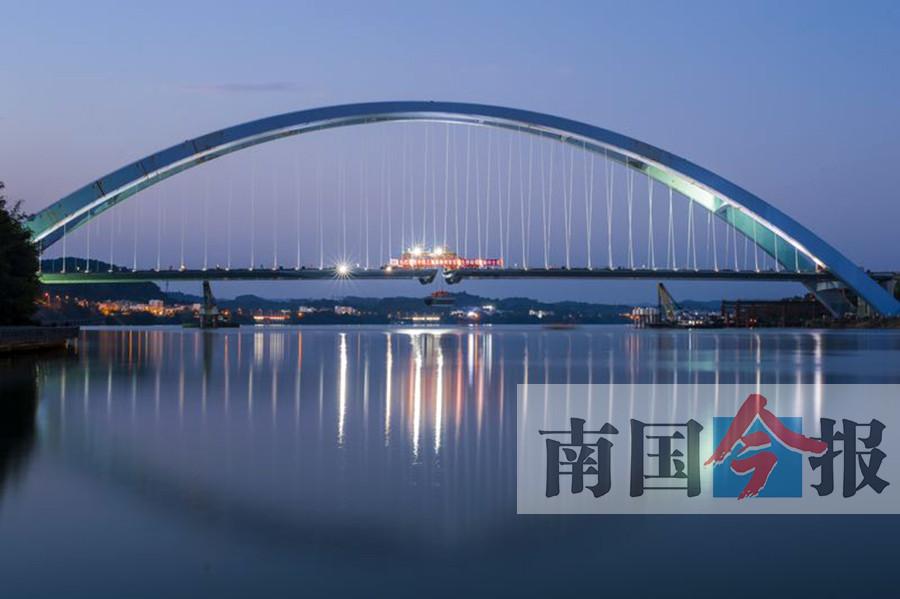 """柳州官塘大桥钢箱梁合龙 柳江从此""""明眸善睐""""(图)"""
