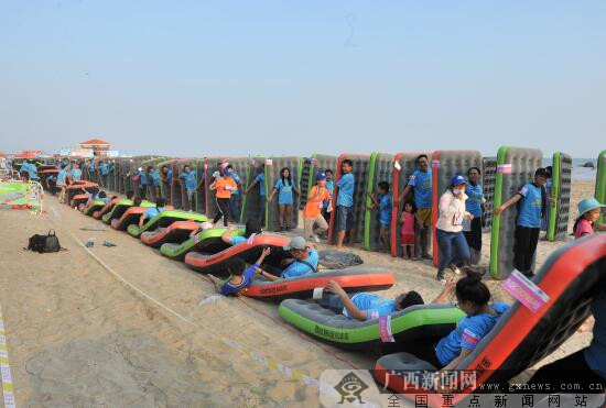 688人在钦州三娘湾共玩人体床垫多米诺骨牌