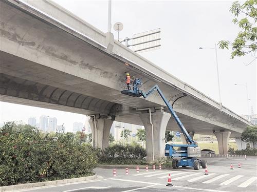 南宁:东站站房高架桥梁喷涂工程月底完工