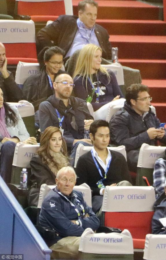 郑嘉颖夫妻现身上海网球大师赛 陈凯琳认真观战