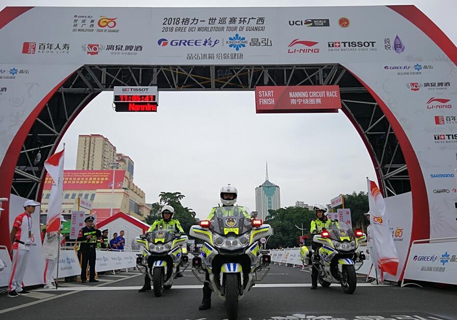 """南宁警方护航""""世巡赛・环广西""""南宁绕圈赛(组图)"""