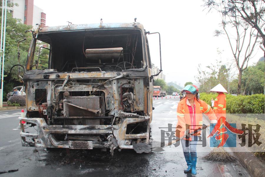 水泥搅拌车行驶中自燃 驾驶室已被火完全烧毁(图)