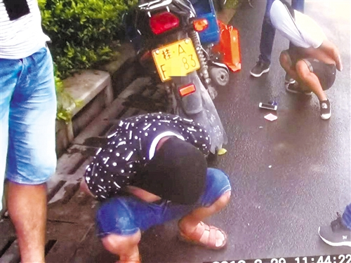 """两男子街头卖毒品谎称""""止疼药""""被民警当街抓"""