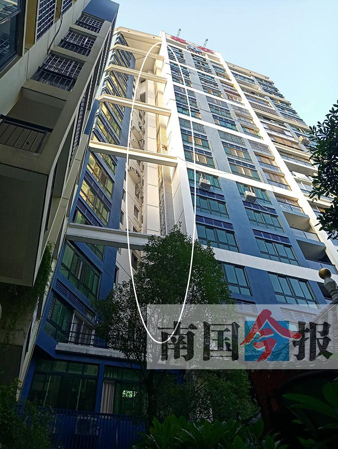 居民楼外长出54米钢架 小区业主另设空调位引争议