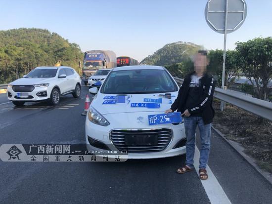 驾驶员为避监控抓拍挂假牌 车内竟还藏有四副车牌