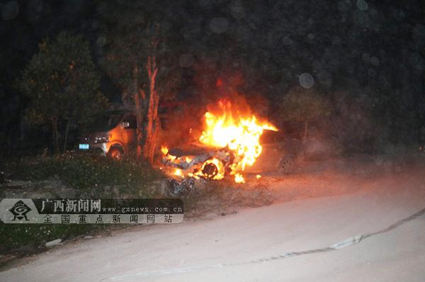 上思一停靠路边的小车凌晨起火 消防火速扑灭(图)