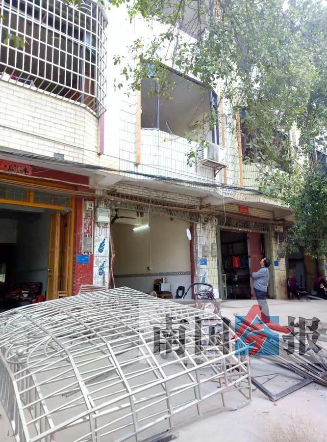 民房凌晨疑发生煤气爆炸 拉闸门被炸飞至马路对面
