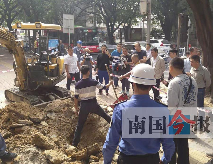 刚修好人行道为何突然下沉 有人违章开挖回填虚土